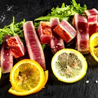 Gegrillter Thunfisch mit Kräuterbutter und Zitrone